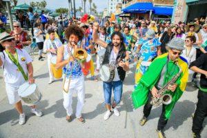 O Bloco Carnaval no boardwalk de Venice Beach (CA) integra americanos e brasileiros. Foto: Claudia Passos.