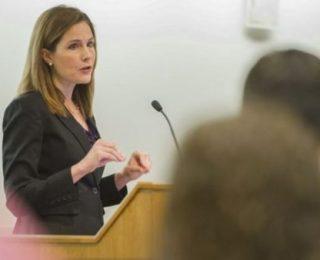 Trump Escolhe a Conservadora Amy Coney Barrett para a Suprema Corte