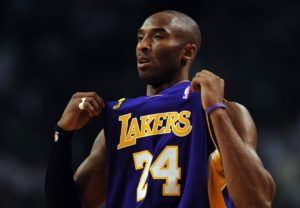 Um Ano sem Kobe Bryant: Ruas de Los Angeles Homenageiam o Ídolo